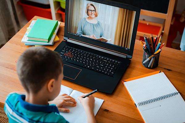 távoktatás gyerek ukrán tanár házi feladat videó óra digitális