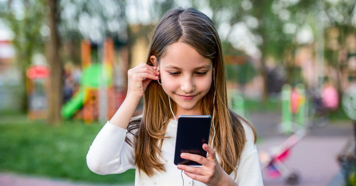 """Számtalan kéretlen, kiskorúaknak nem ajánlott tartalmak bukkanhatnak elő a keresés közben, felelőtlen """"játékokba"""" keveredhetnek."""