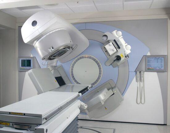 Naponta reggel 6 órától este 23 óráig végeznek sugárterápiát, amíg valamennyi beteget el nem látnak. Egy-egy páciens kezelése 25 percet vesz igénybe.