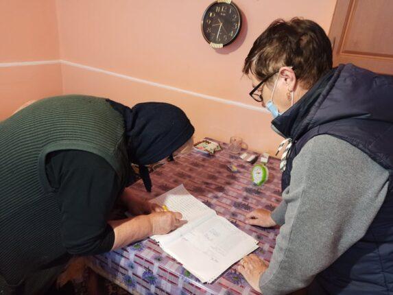 A nyugdíjasoknak nagyon kényelmes a mostani rendszer, mivel otthonaikban jutnak hozzá járandóságukhoz, segítséget kapnak a számlák befizetésében, élelmiszereket és újságot vásárolhatnak.