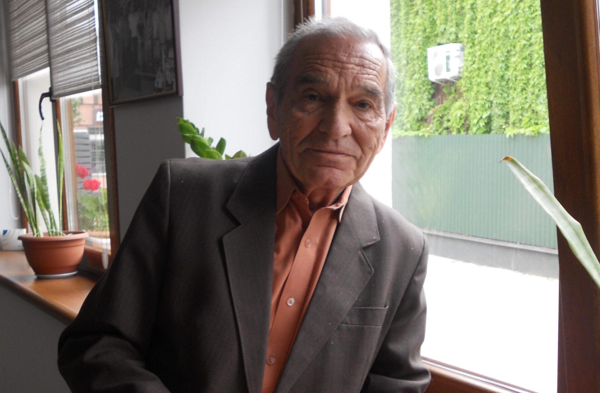 Ádámcsó Nesztor hetvenhetedik évét tapossa. S ugyan nyugdíjas mindennapjai ma már szülőföldjén telnek, a sors úgy hozta, hogy élete legnagyobb részét Kárpátaljától távol, az ország keleti felén, a messzi Luhanszk megyében töltötte.